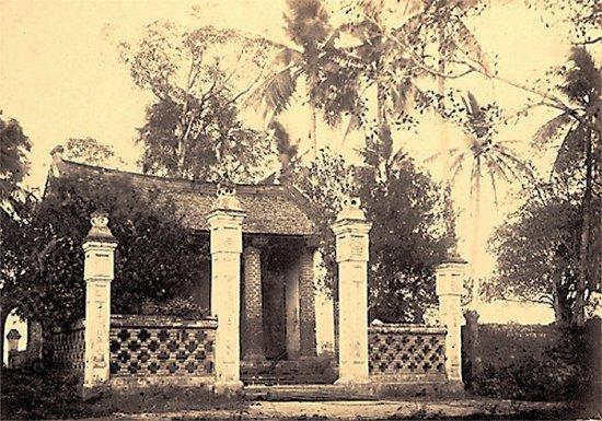 033.Một ngôi chùa nhỏ nằm bên bờ Hồ Tây