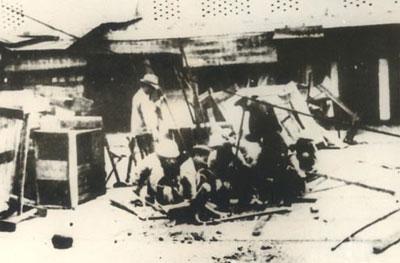 033.Tự vệ và các cảm tử quân Hà Nội trong những ngày toàn quốc kháng chiến. Ảnh tư liệu.