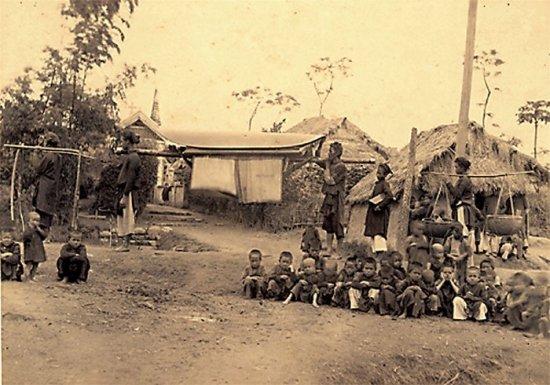 034.Cáng và những người phục vụ cho Giám Mục ở một làng Thiên Chúa giáo