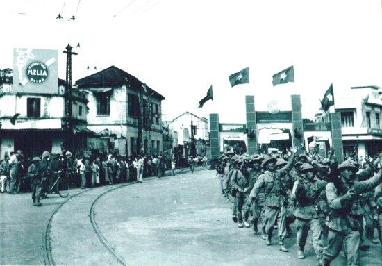 036.Trung đoàn Thủ đô từ Ô Cầu Giấy tiến vào Cổng thành Cửa Nam.