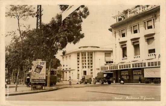 Tiếp nối không gian của bức ảnh trước. Đầu phố Đinh Lễ đã xuất hiện một tòa nhà mới của bưu điện thành phố. Bưu ảnh này cùng loại với tấm trước, chúng được các hiệu ảnh tự sản xuất, phát hành với kiểu chú thích viết tay.