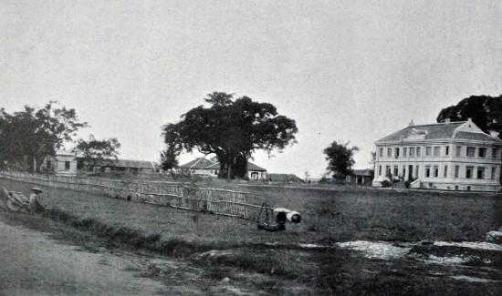 Residence Cầu Đỏ, ở tỉnh Hà Nội. Tòa nhà được xây dựng bởi công ty Trần Đình, doanh nghiệp bản địa.(khoảng 1900)
