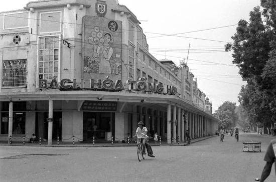 Năm 1958, chính quyền thực hiện cải tạo công thương nghiệp tư bản tư doanh, 49 quầy hàng trong Godard được dọn hết, dù trước đó, đầu thập niên 50 họ mua lại của chủ Godard. Tháng 9-1959, Godard được đổi tên thành Bách hóa Tổng hợp.
