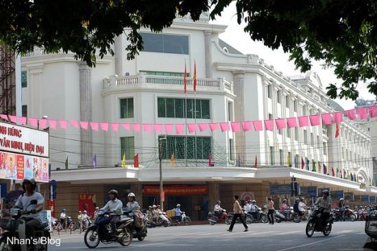 Tràng Tiền Plaza là một trung tâm thương mại của quận Hoàn Kiếm, Hà Nội, rất gần Bưu điện Hà Nội và nhìn ra hồ Hoàn Kiếm, trên vị trí của Bách hóa Tổng hợp Hà Nội cũ. Đây là một trong những trung tâm mua sắm lớn nhất Hà Nội. Trung tâm có 3 mặt tiền  Trung tâm thương mại này được thành lập vào năm 1999 do nhu cầu mua sắm cao. Chính phủ đã quyết định xây dựng trên nền đất của cửa hàng bách hóa cũ. Sau khi xây dựng xong công ty TNHH Thương mại Tràng Tiền đã đảm nhận việc quản lý tòa nhà. Nơi này nhìn thông ra hồ Hoàn Kiếm, gần nhà hát lớn. Có diện tích 20000 m vuông với các trang thiết bị hiện đại. Nó đạt tiêu chuẩn của quốc tế, hàng hóa đa dạng.  Tràng Tiền Plaza...2012 lại sắp đổi thay