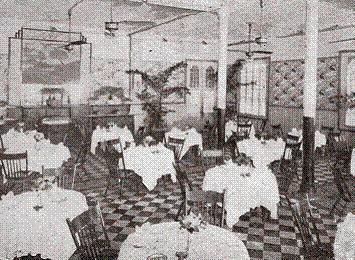 Vào thời điểm đó, nhà hàng của khách sạn gây ấn tượng mạnh mẽ với du khách vì sự sang trọng của mình.