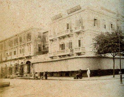 Hình ảnh này do J. Antonio, nhiếp ảnh gia đến từ Bangkok (Thái Lan) chụp năm 1908. Trong bức ảnh, phần mở rộng của khách sạn đang được xây dựng, với sức chứa 30 phòng. Ngày nay, phần mở rộng này là Khách sạn Hotel de l'Opera Hanoi.