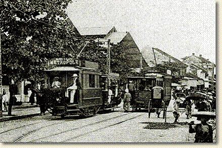 Đường xe điện điện xây dựng ở Hà Nội vào năm 1900. Nhiều toa xe điện khi đó mang biển quảng cáo của khách sạn Metropole, như toa xe trong ảnh. Những toa xe này do người Pháp sản xuất, có giá vé hạng nhất là 5 xu và giá hạng 2 là 3 xu.