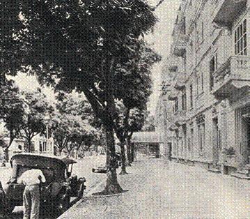 Từ khách sạn, những chiếc xe khách có thể đưa bạn đến Sài Gòn.