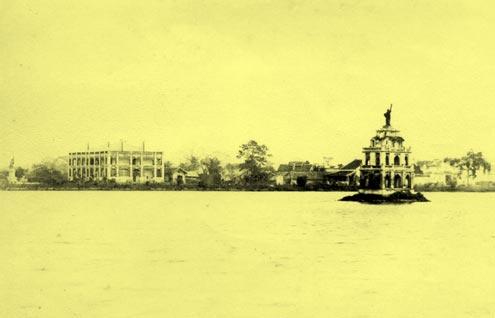 Hình chụp từ phía tây hồ Gươm: tượng thần Tư do trên nóc Tháp rùa nhìn về tượng Paul Bert (góc bên tay trái), hình này lấy từ báo L' Indépendance tonkinoise, số đặc biệt, ra tháng 7/1891