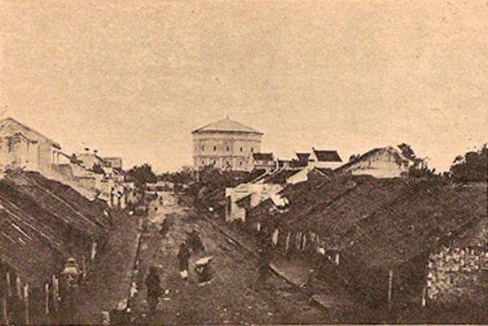 Tháp nước xưa tương quan với khu vực xung quanh