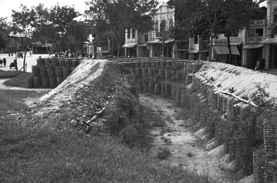 1940 - Air raid shelters- đường Trần Nhật Duật, nơi vòng xoay lên cầu Chương