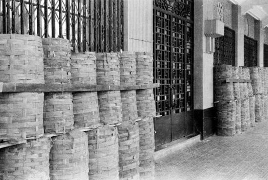 1940 - Cát giỏ đầy bảo vệ tòa nhà từ quả bom tại Hà Nội