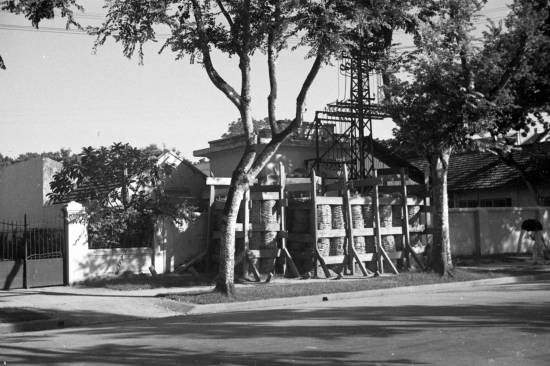1940 - Các lớp Gỗ được xây dựng chống lại các cuộc tấn công bằng bom ở Hà Nội.