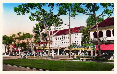 Công viên trước nhà hát thành phố.