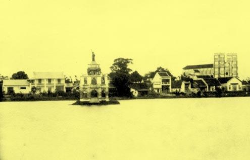 Hình do Bác sĩ Louis Sadoul chụp năm 1890, có tượng thần Tự do trên nóc Tháp rùa, quay lưng vào Nhà Thờ Lớn St. Joseph bên góc phải.