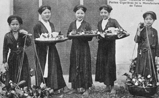Áo tứ thân gắn với khăn mỏ quạ, tóc vấn đuôi gà và nón quai thao là hình ảnh tảo tần của bà, của mẹ ngày xa xưa.