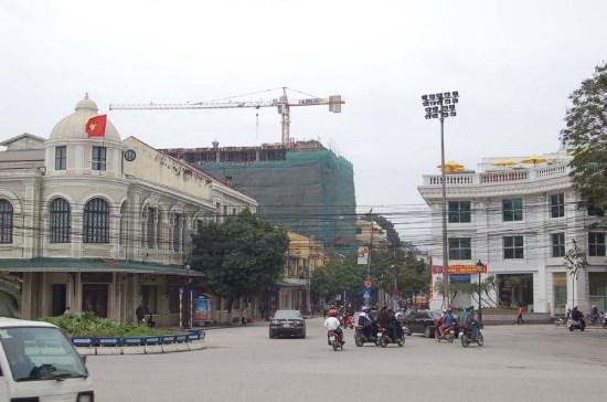 Garrage Boillot xưa ngày nay là Sở giao dịch chứng khoan Hà Nội. Ảnh chụp 2009.