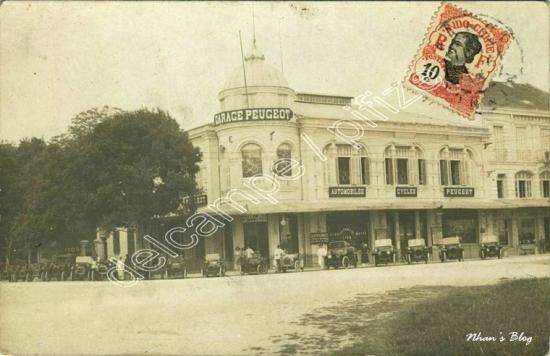 Tòa nhà mái vòm lúc này là cơ sở chuyên bán xe hơi và xe đạp PEUGEOT của Charles Boillot.