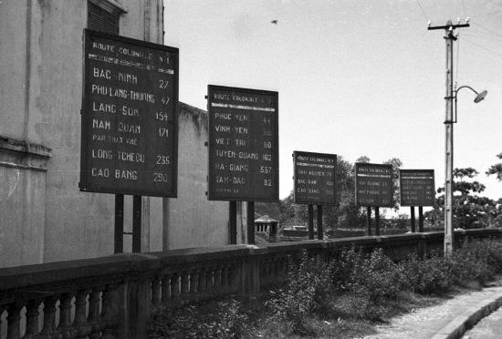 Bảng thông tin khoảng cách đường bộ đến các thành phố tại đầu cầu Long Biên.