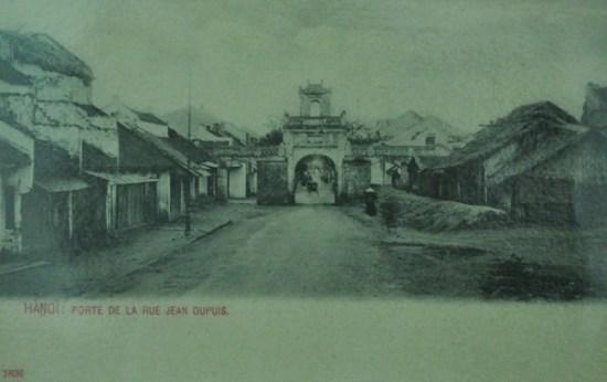 Bức ảnh chụp lại phố Cửa Phố nay là phố Hàng Điếu và Ô Quan Chưởng.