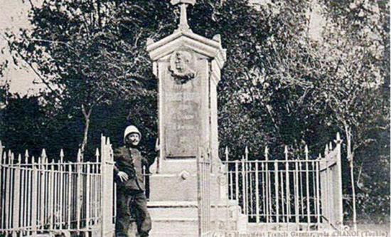 Bia kỷ niệm Francis Garnier do người Pháp dựng tại Cầu Giấy