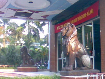 """Đôi tượng sư tử bằng đồng ở rạp xiếc Hà Nội là dấu tích còn sót lại duy nhất của công trình kiến trúc """"Đấu Xảo Hà Nội 1902""""."""