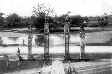 Đảo Kim Châu trên Hồ Văn năm 1922 (nhìn từ Cổng Văn Miếu)
