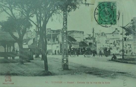 Đầu phố Tơ Lụa nay là phố Hàng Đào.