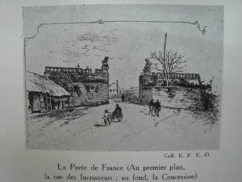 Cổng Pháp quốc, phía trước là phố Incrusteurs (phố Tràng Tiền), phía sau là khu Nhượng địa (phố Phạm Ngũ Lão ngày nay nằm trong khu Nhượng địa.