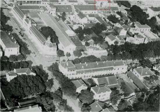 Bức không ảnh chụp đường Hàng Bài và Hai Bà trưng. Toà nhà trong khung hình mầu đỏ trên phố Tràng Tiền (Rue Paul Bert) chính là rạp Palace.