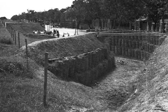 Hanoi 1940 - Air raid shelters - Nay là đường Trần Nhật Duật