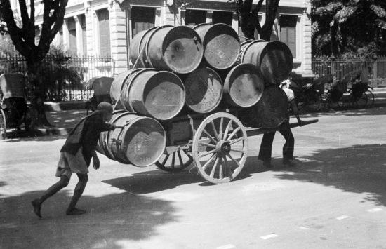 HANOI 1940 - Carting petroleum barrels through city street