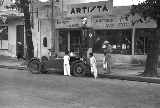 Hanoi 1940 - Children filling a car with gasoline