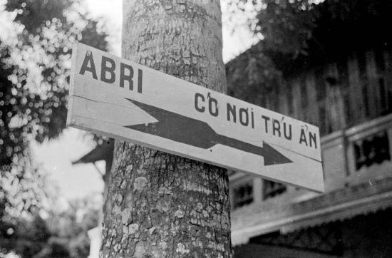 Hanoi 1940 - Directional sign pointing to air raid shelters - Biển báo nơi có hầm chú ẩn