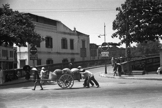 HANOI 1940 - Entrance ramp to the Paul Doumer Bridge - Đường lên cầu Long Biên