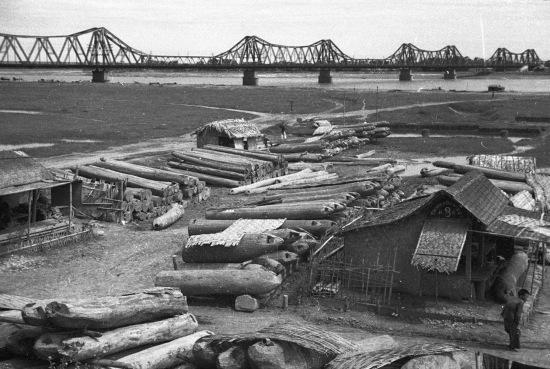 HANOI 1940 - Cận cạnh một bãi gỗ ven đê.