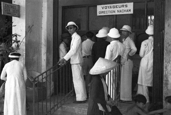 HANOI 1940 - People at a train station - Hành khách đi hướng Na Sầm (Lạng Sơn)