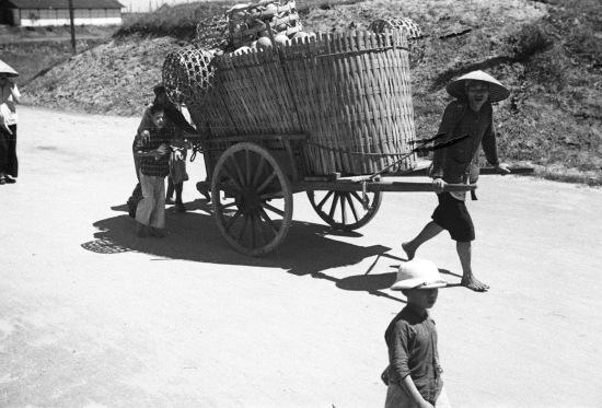 HANOI 1940 - People pulling a cart - Những người kéo xe hàng