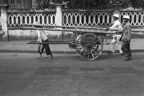 HANOI 1940 - People pulling a wagon