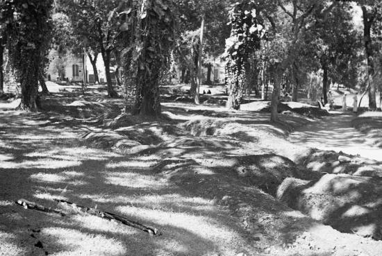 HANOI 1940 - Tại các công viên với đào hầm tránh không kích trong lòng đất