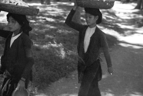 HANOI 1940 - Young women carrying baskets on their heads