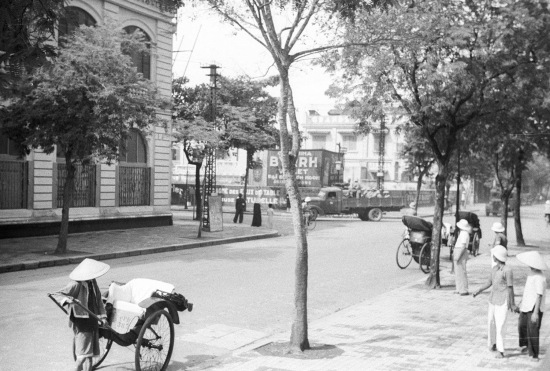 Hanoi 1941 - Street scene with bicycles and rickshaws 2