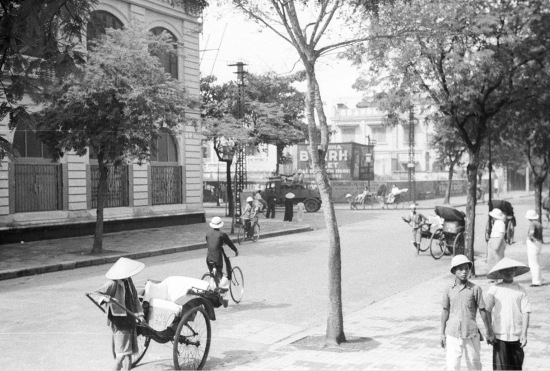 Hanoi 1941 - Street scene with bicycles and rickshaws