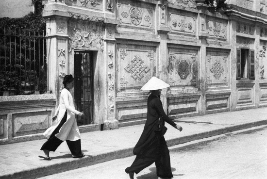 HANOI 1941 - Women crossing the street