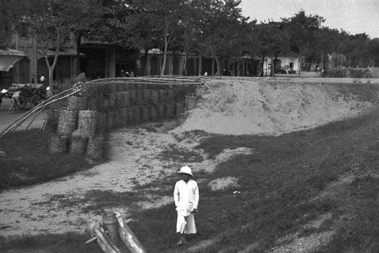 Hanoi ca. 1940 - Làm hào tránh bom máy bay.