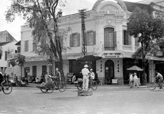 Hà Nội 1950. Cảnh sát giao thông điều hướng ở góc Đồng Khánh-Phố Hàng Khay (nay là Hàng Bài-Hàng Khay). Ảnh Harrison Forman