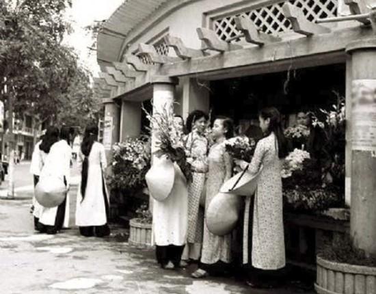 Góc bán hoa bên hồ
