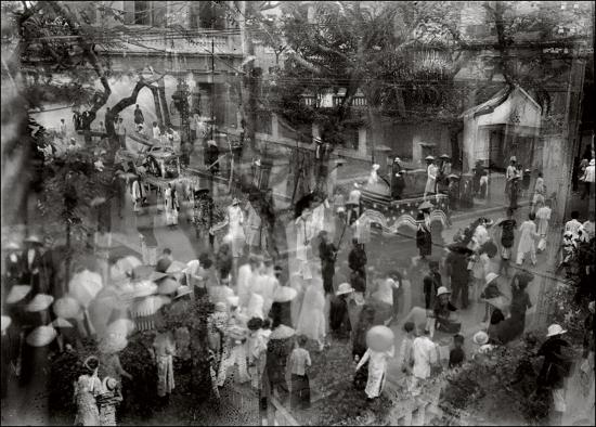 Một đám tang ở Hà Nội thập niên 1930. Đây là ảnh của một phim bị phơi sáng kép (hai hình chụp trên cùng một tấm phim)