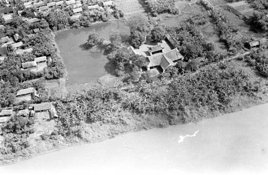 Những ngôi làng ven sông cùng với công trình tín ngưỡng cạnh cái ao và ven sông.