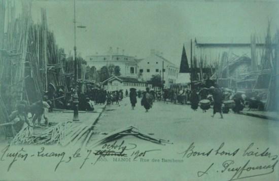 Phố Hàng Tre chuyên bán tre và các sản phẩm làm từ tre. Xa xa là Tòa án Hàng Tre nay là trụ sở Ủy ban sông Mekong. Ảnh được in trên nhật ấn Tuyên Quang 7.10.1905.